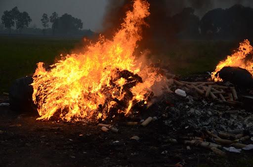 Đốt vải vụn sẽ thải ra nhiều khí thải độc hại