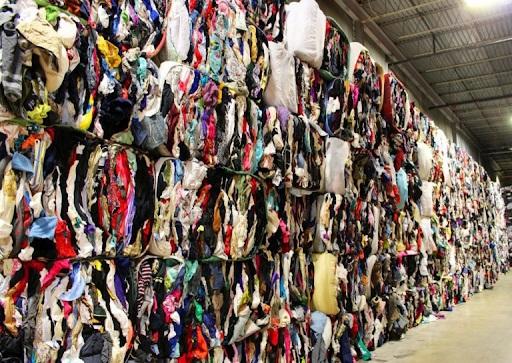 Phế liệu vải bị loại bỏ sau quá trình sản xuất quần áo