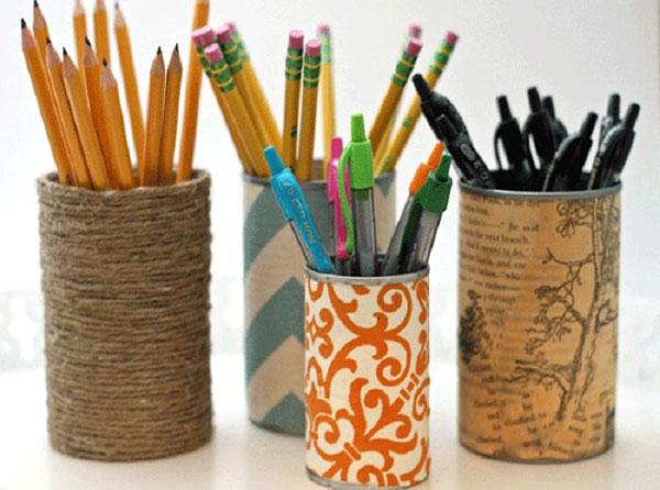 Dùng vỏ lon để làm đồ đựng bút, kéo, thước,… sắp xếp các dụng cụ học tập
